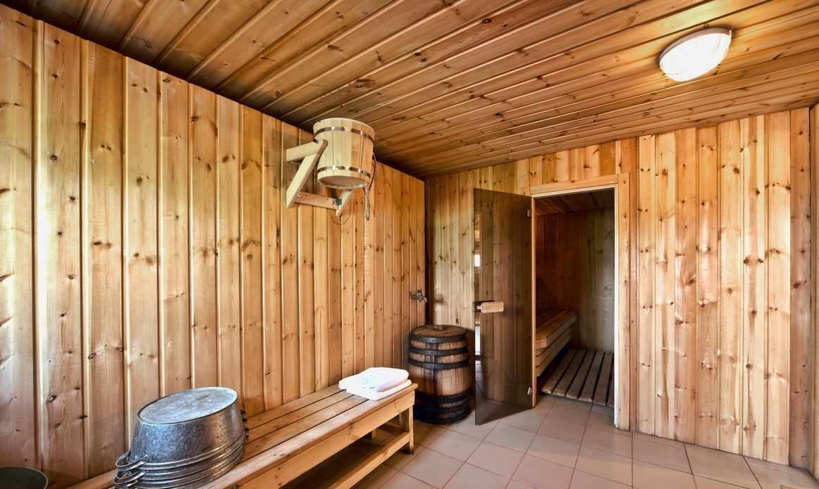 Вагонка на стенах и потолке бани