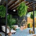 Беседка в восточном стиле с живыми растениями
