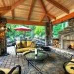 Большая деревянная беседка с многоскатной крышей