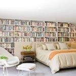 Книжные полки в изголовье кровати