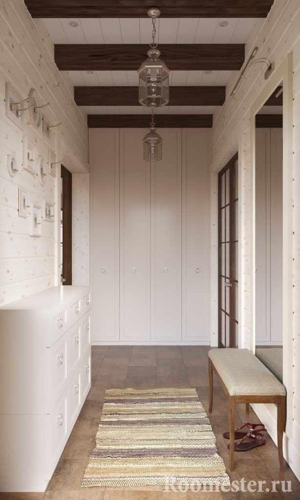 Белая прихожая в деревянном доме