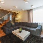 Сочетание белого столика и серого дивана