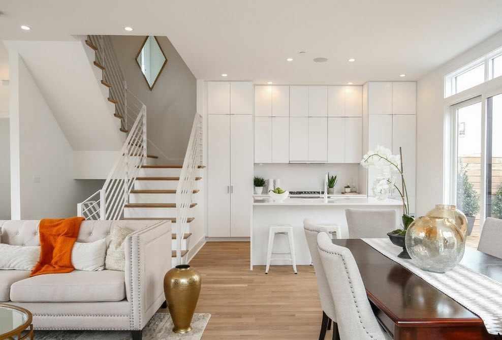Крепление лестницы в гостиной