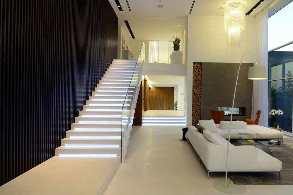 Лестница с подсветкой в гостиной