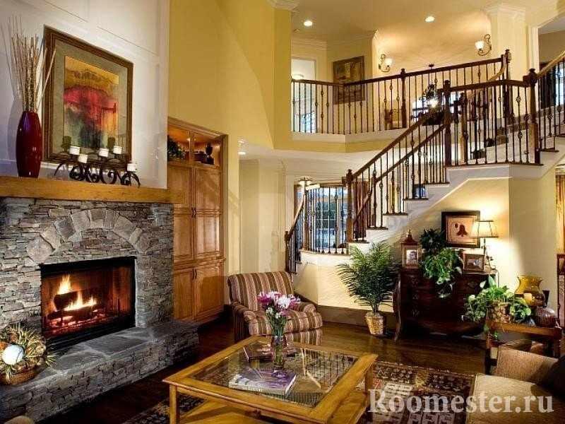 Гостиная в частном доме с лестницей