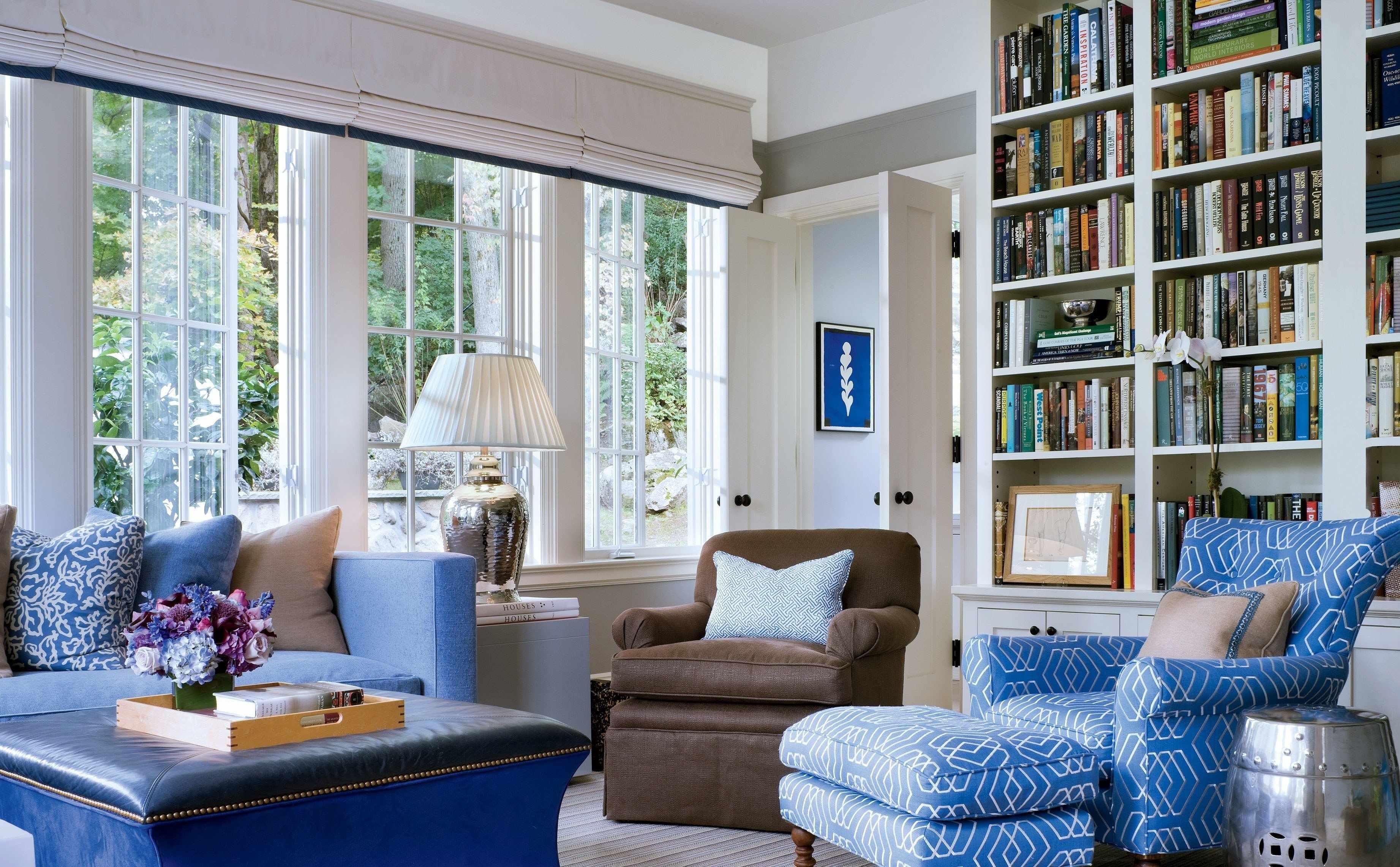 Мебель в гостиной в голубых тонах