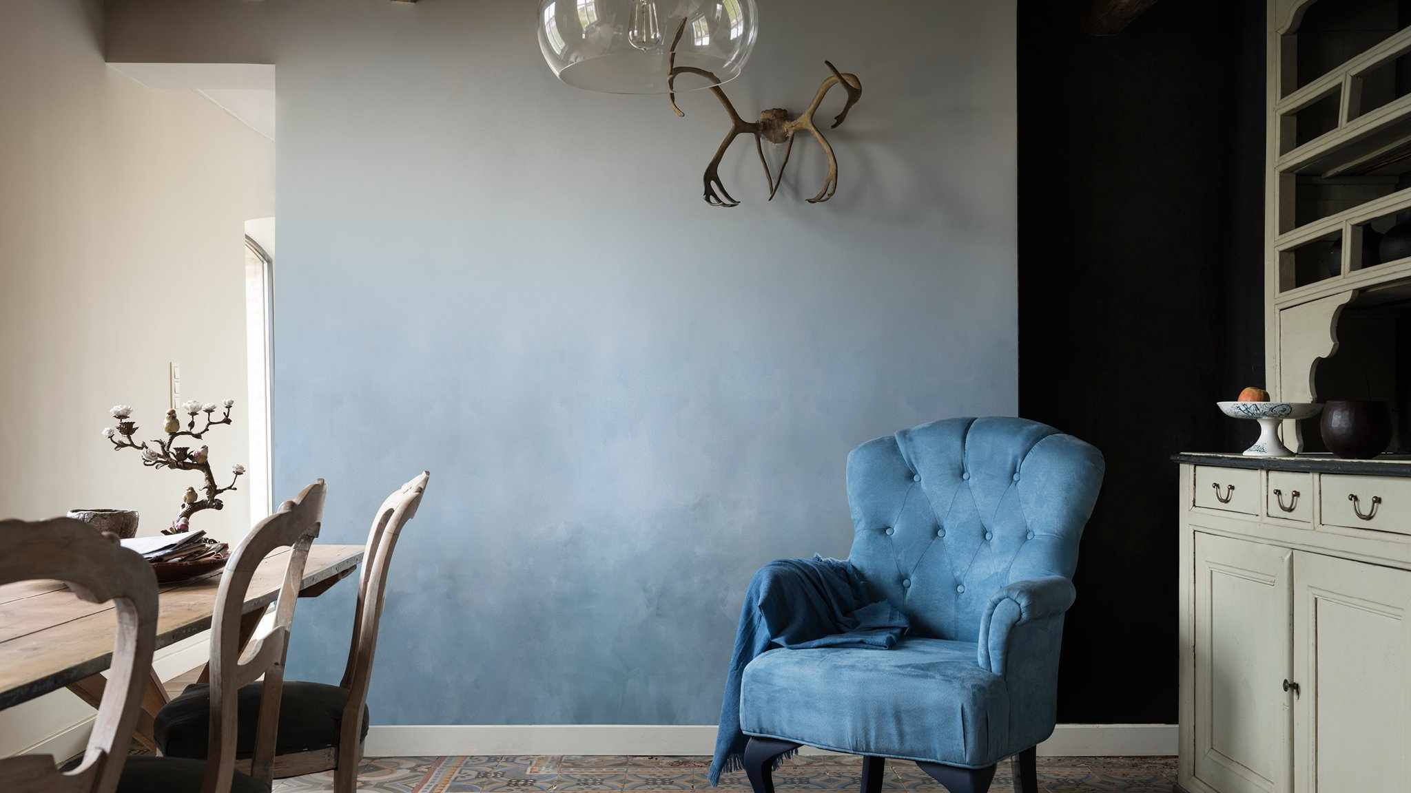 Серо-голубое омбре на стене