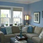 Белый потолок голубые стены