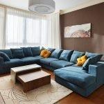 Синий диван в коричневом интерьере