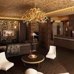 Золотые акценты в коричневой гостиной