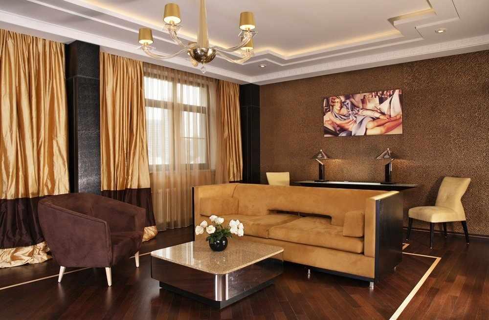 Золотистые шторы в коричневом интерьере