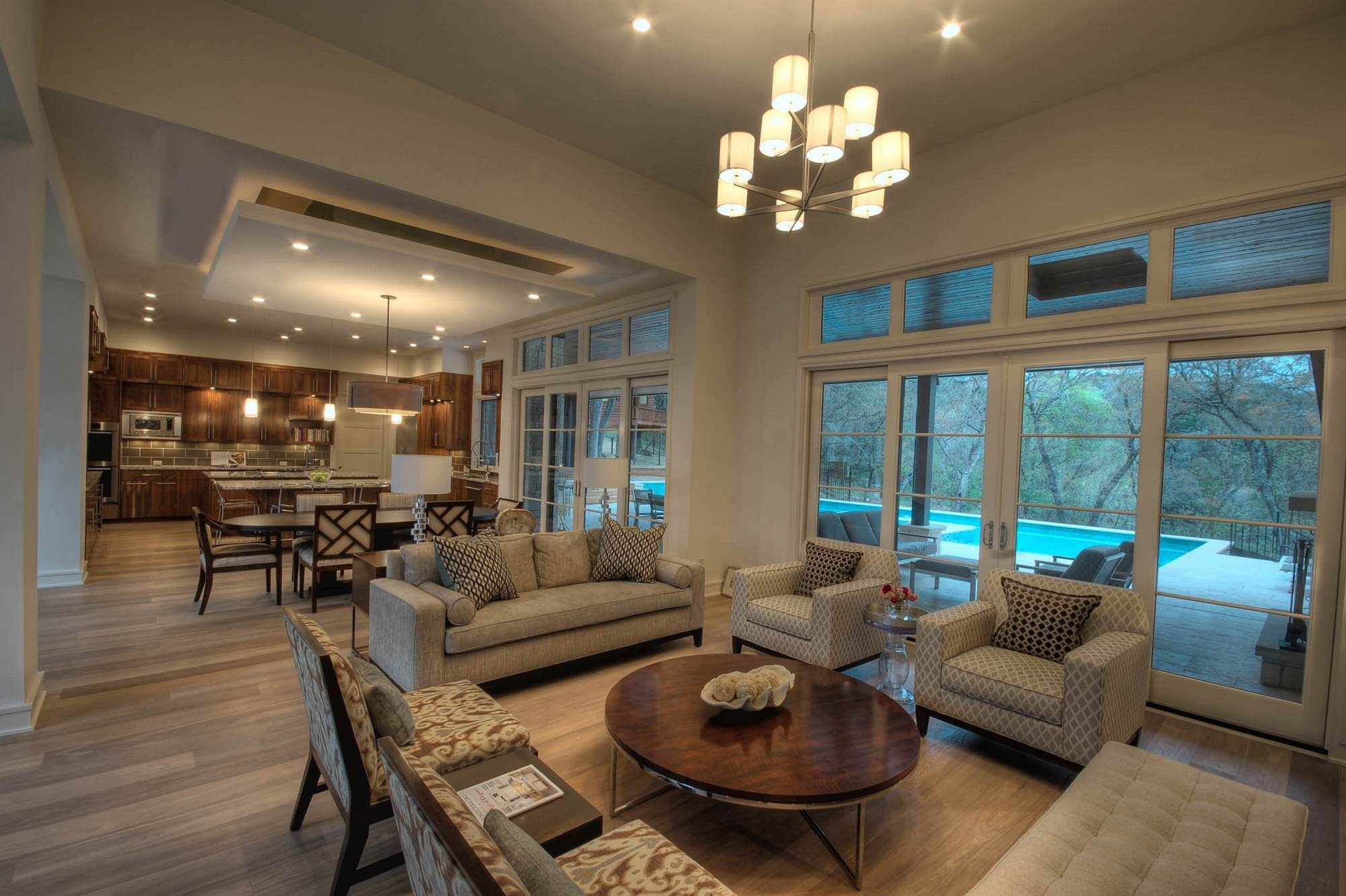 Комната с зонами кухни, столовой и гостиной