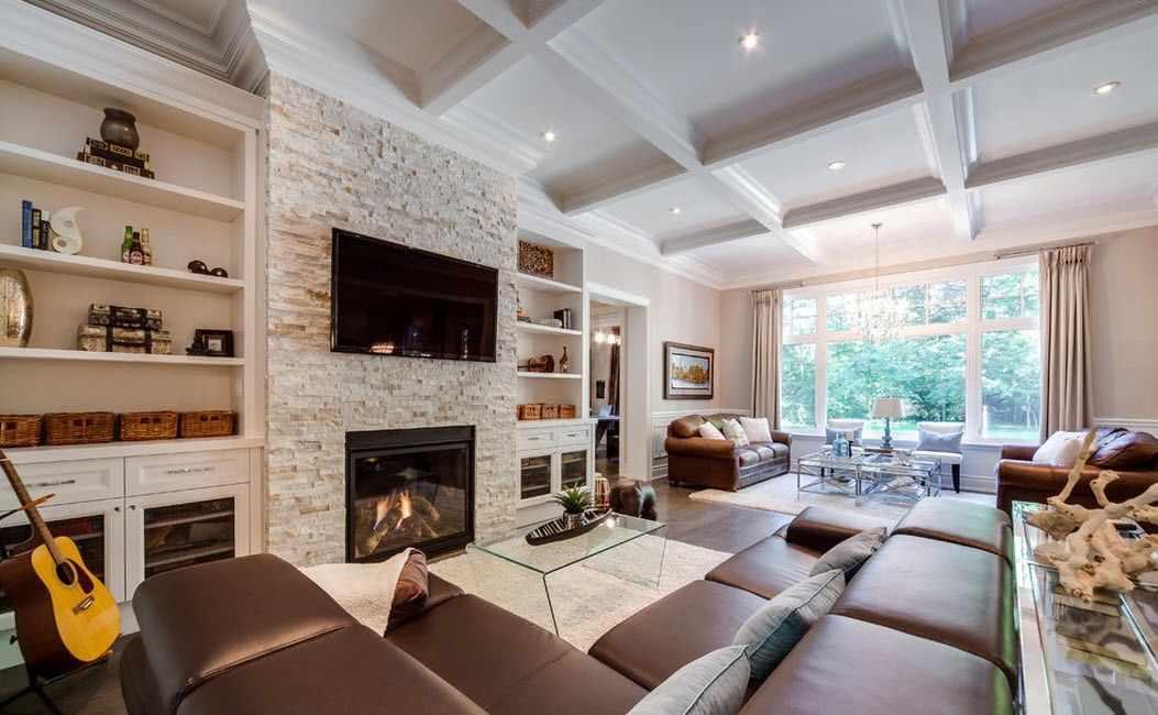 Угловой диван напротив камина и телевизора