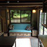Небольшая комната с голубым диваном