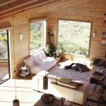 Мягкий диван, подушки и ковер на полу комнаты