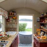 Маленькая кухня со столом, полками и шкафом