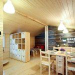 Комната разделенная на зоны спальни, кухни и столовой