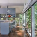 Кухня с большими окнами