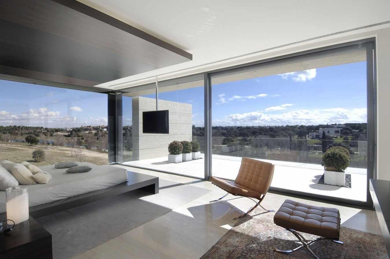 Панорамные окна по всему периметру комнаты
