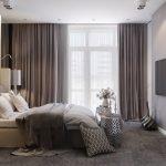 Спальня в классическом стиле с большим окном