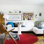 Красный ковер перед белым диваном