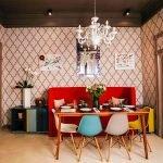 Цветные стулья вокруг стола