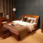 Чемоданы у кровати