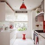 Красный фартук в белом интерьере