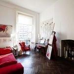 Красный диван в белом интерьере