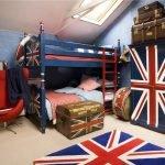 Сундук у кровати