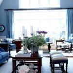 Большое окно с голубыми шторами