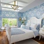 Спальня с голубыми обоями