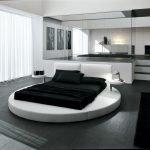 Круглая кровать с черным покрывалом