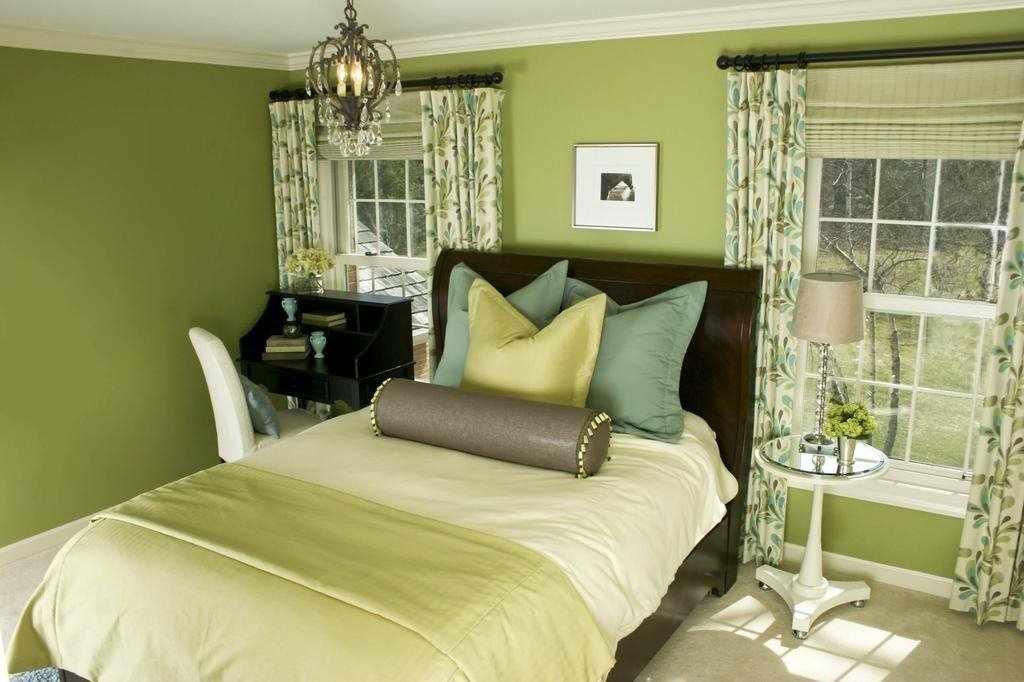 Красивая спальня в зеленых тонах
