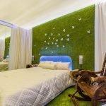 Необычный дизайн спальни в зеленых тонах