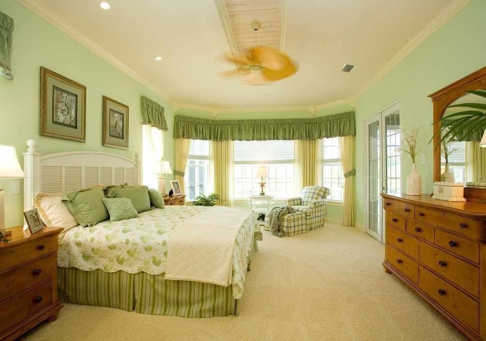 Интерьер просторной спальни в зеленых тонах