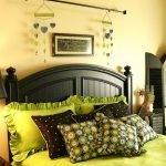Оттенки коричневого и зеленого в интерьере спальни