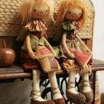 Куклы на столике