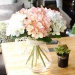 Горшок с цветком на столе