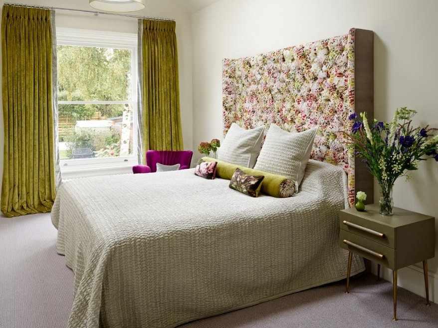 Искусственные цветы в спальне