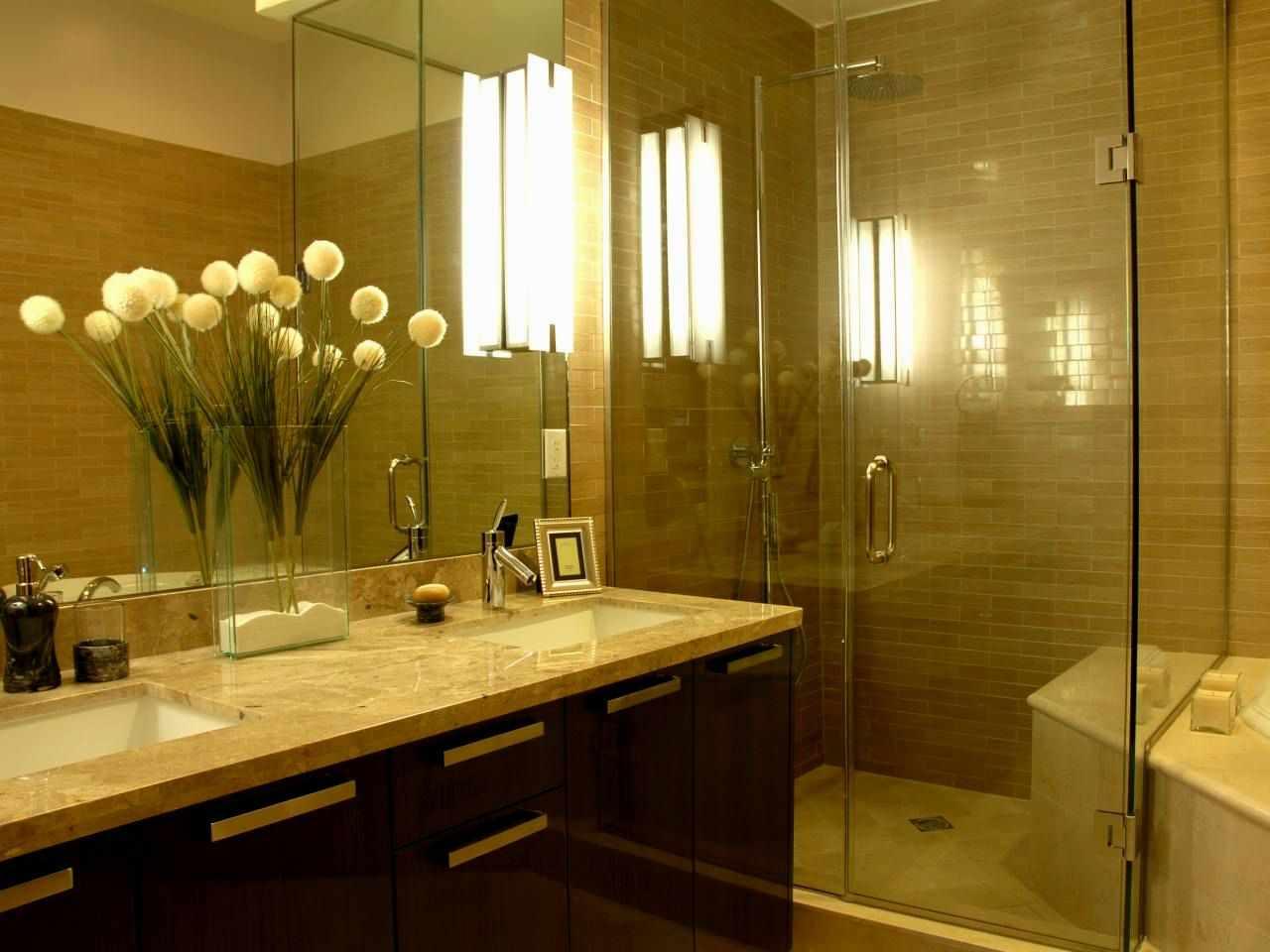 Искусственные цветы в ванной