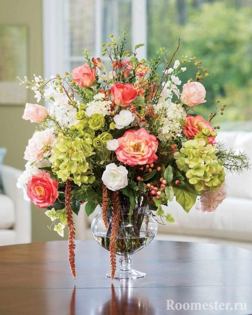 Розы и гортензии в композиции