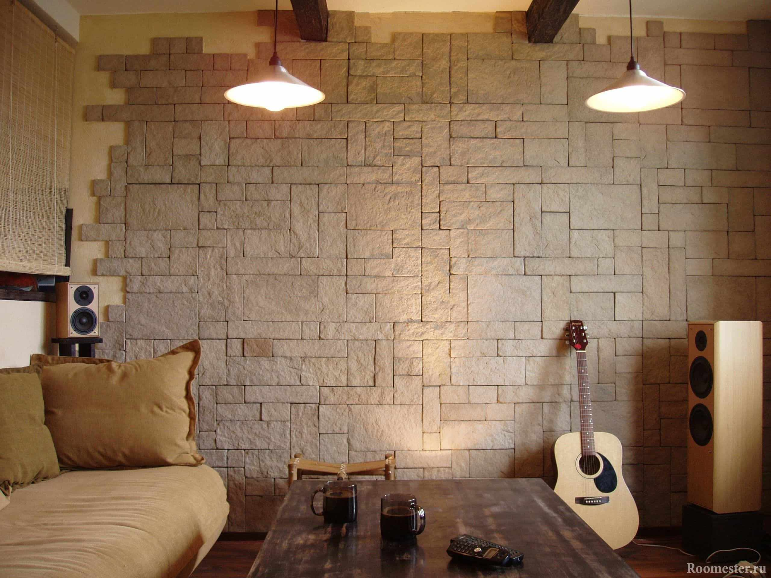 Декоративный камень в просторной гостиной