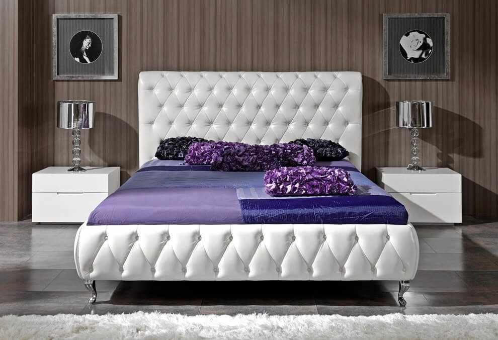 Кровать с мягким изголовьем в спальне