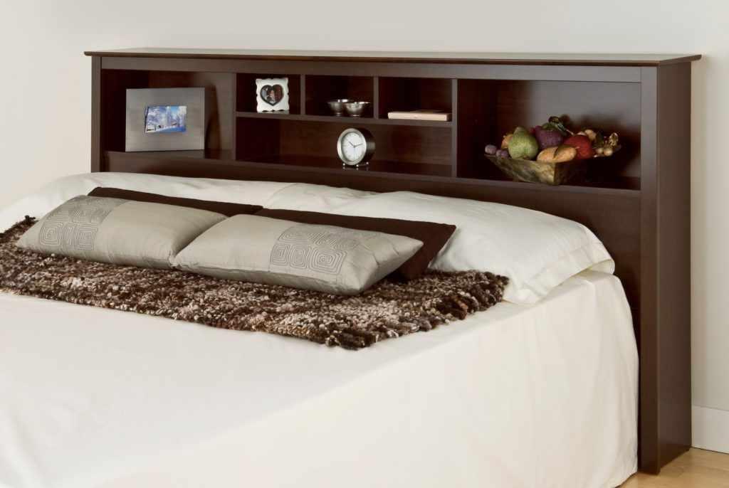 Кровать с изголовьем с полками
