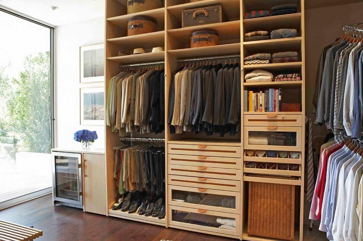 Сортировка одежды в шкафу