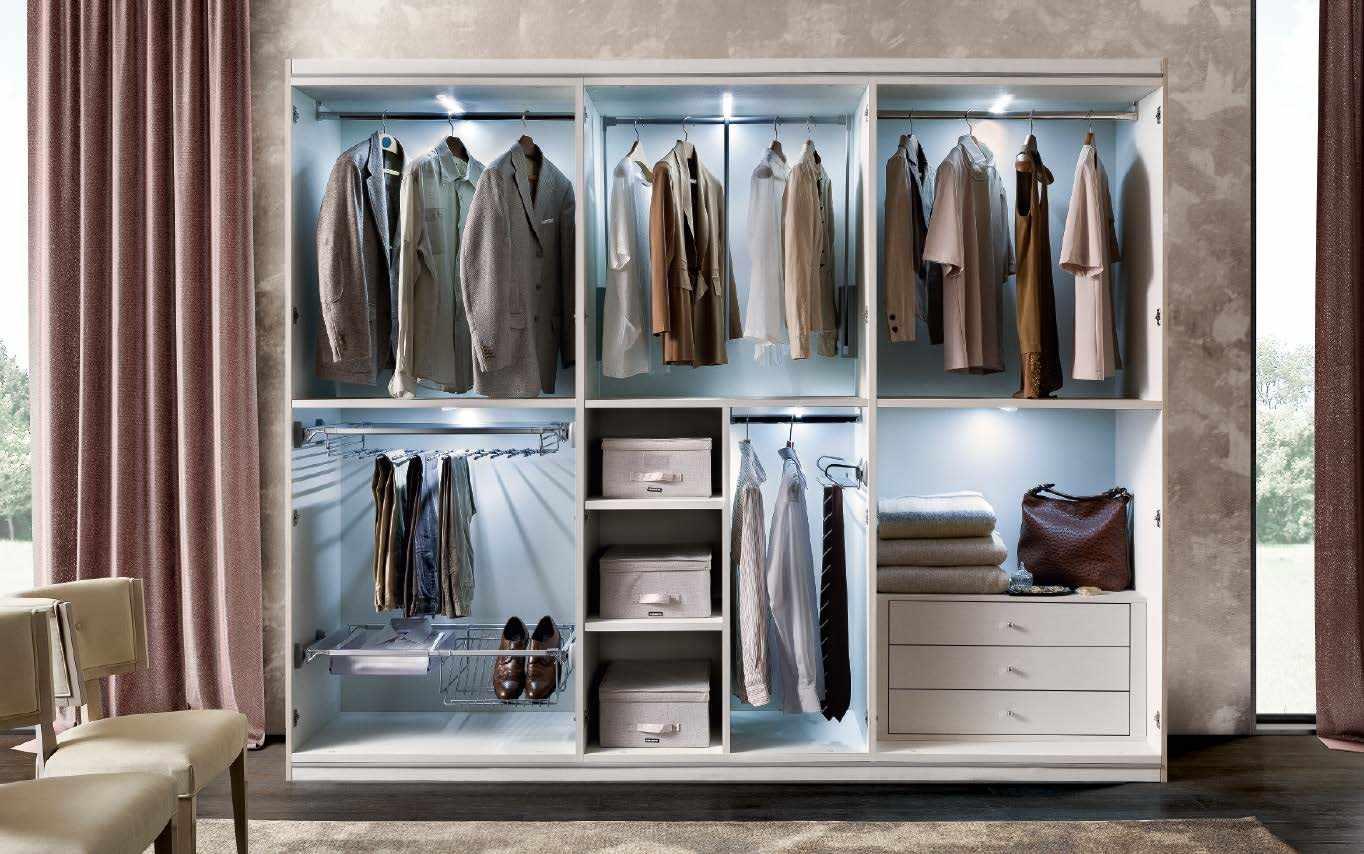 Верхняя одежда в шкафу