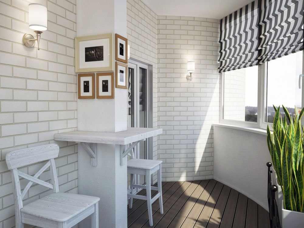 Балкон с кирпичной стеной