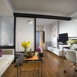 Фиолетовые акценты в интерьере гостиной