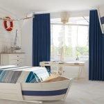 Спальня с кроватью в форме лодки